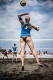 Vrouwelijke atleten in actie tijdens toernooien in Strandvolleyball Royalty-vrije Stock Foto's