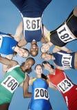 Vrouwelijke Atleten die Wirwar vormen tegen Hemel stock foto's