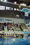 Vrouwelijke atletensprongen van het duiken toren Stock Foto