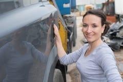 Vrouwelijke autowerktuigkundigen die auto herstellen Stock Afbeelding