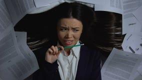 Vrouwelijke Aziatische die onderneemster met administratie, gebrek wordt overweldigd aan productiviteit stock footage
