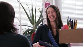 Vrouwelijke baanrecruiter beëindigt baangesprek door handen met haar kandidaat te schudden stock videobeelden