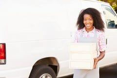 Vrouwelijke Baker Unloading Cakes From Bestelwagen royalty-vrije stock foto