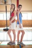 Vrouwelijke basketbalspelers die zich rijtjes bevinden Royalty-vrije Stock Afbeeldingen