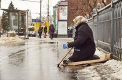 Vrouwelijke bedelaar op de straat Stock Foto