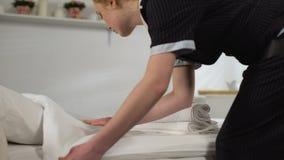 Vrouwelijke bediende die handdoeken die voor was neemt, hotelruimte, de kwaliteitsdienst schoonmaken stock videobeelden