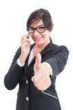 Vrouwelijke bedrijfsleider die als en op smartphone tonen spreken stock fotografie