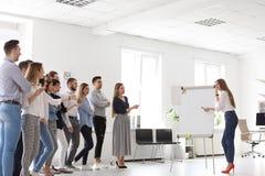 Vrouwelijke bedrijfstrainer die lezing geven stock afbeelding