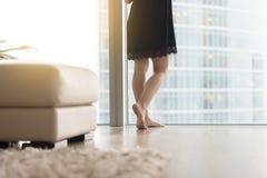Vrouwelijke benen dichtbij het venster royalty-vrije stock foto's