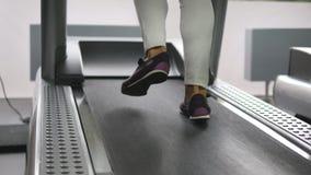 Vrouwelijke benen die en op tredmolen in gymnastiek lopen lopen Jonge vrouw die tijdens cardiotraining uitoefenen Voeten meisjes  Stock Foto's