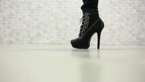Vrouwelijke benen die in hoge hielschoenen lopen stock videobeelden