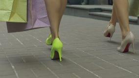 Vrouwelijke benen die met het winkelen zakken in de straat lopen stock video