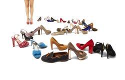 Vrouwelijke benen en reusachtige selectie van schoenen Stock Afbeelding