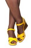 Vrouwelijke benen, gele sandals Royalty-vrije Stock Foto's
