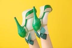 Vrouwelijke benen in groene hoge hielschoenen en sokken stock foto