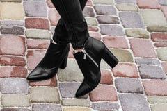 Vrouwelijke benen in jeans en schoenen in openlucht Royalty-vrije Stock Afbeeldingen