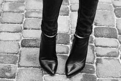 Vrouwelijke benen in jeans en schoenen in openlucht Stock Afbeeldingen