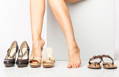Vrouwelijke benen in manierschoenen Stock Foto's