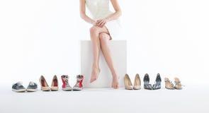 Vrouwelijke benen in manierschoenen stock afbeelding
