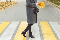 Vrouwelijke benen op de voetgangersoversteekplaats royalty-vrije stock afbeelding