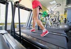 Vrouwelijke benen op een tredmolen Stock Afbeelding