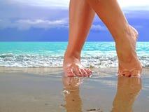 Vrouwelijke benen op strand royalty-vrije stock afbeeldingen