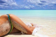 Vrouwelijke benen op vakantie Stock Fotografie