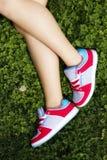Vrouwelijke benen over het gras Stock Fotografie