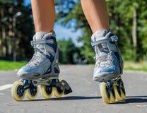 Vrouwelijke benen in rolbladen Royalty-vrije Stock Afbeeldingen