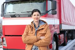 Vrouwelijke bestuurder dichtbij grote moderne vrachtwagen Stock Foto