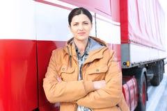 Vrouwelijke bestuurder dichtbij grote moderne vrachtwagen Royalty-vrije Stock Foto