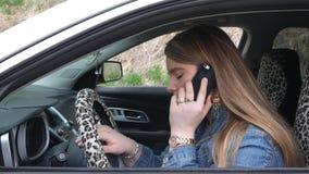 Vrouwelijke bestuurder die een slepenvrachtwagen verzoeken toen de auto het begin van ` t won stock videobeelden