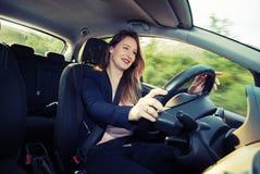 Vrouwelijke bestuurder die van de rit genieten Stock Foto's