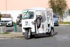 Vrouwelijke bestuurders tuk tuk taxi, Alfama, Lissabon Stock Afbeeldingen