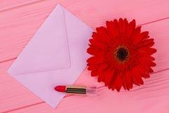 Vrouwelijke bezittingen en envelop stock afbeelding