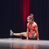 Vrouwelijke bikinigeschiktheid model het presteren acrobatiek op stadium Royalty-vrije Stock Afbeelding