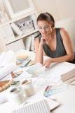 Vrouwelijke binnenlandse ontwerper die met kleurenmonster werkt Stock Foto