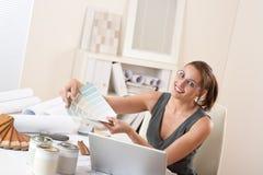 Vrouwelijke binnenlandse ontwerper die op kantoor werkt stock afbeelding