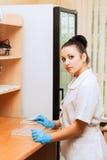 Vrouwelijke bioloog bij laboratorium Stock Fotografie