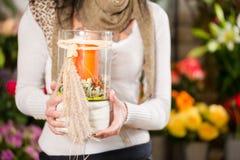 Vrouwelijke bloemist in bloemwinkel Stock Fotografie