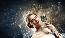 Vrouwelijke blondezanger royalty-vrije stock foto's