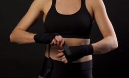 Vrouwelijke bokser verpakkende handen met het in dozen doen van band Stock Foto