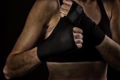 Vrouwelijke bokser verpakkende handen met het in dozen doen van band Stock Afbeeldingen