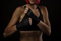 Vrouwelijke bokser verpakkende handen met het in dozen doen van band Royalty-vrije Stock Fotografie