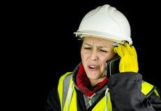 Vrouwelijke bouwer die op telefoon schreeuwen Stock Afbeeldingen