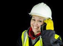 Vrouwelijke bouwer gelukkig op telefoon Royalty-vrije Stock Afbeeldingen