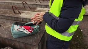 Vrouwelijke bouwinspecteur met koude handen stock footage