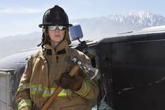 Vrouwelijke Brandbestrijder Holding Axe royalty-vrije stock afbeeldingen