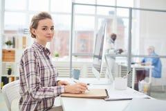 Vrouwelijke bureaumanager op het werk royalty-vrije stock afbeelding