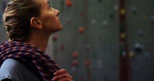 Vrouwelijke bus die omhoog de kunstmatige muur 4k bekijken stock videobeelden
